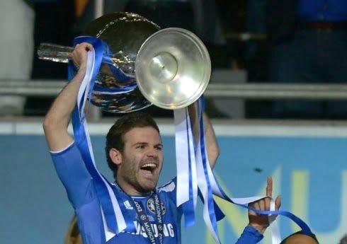 Juan Mata a erguer a Taça da Champions