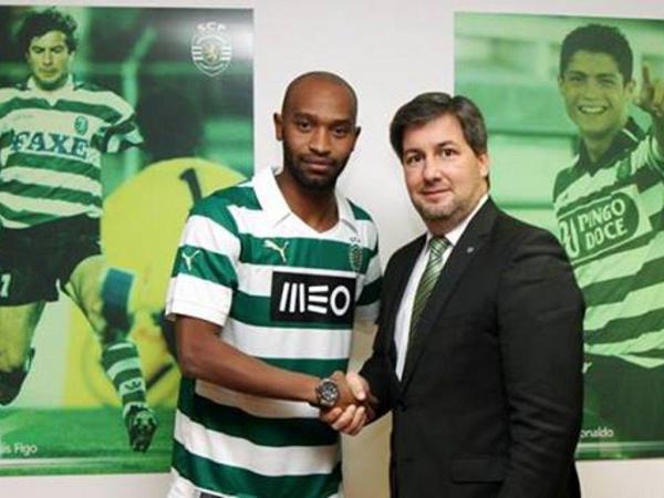 Shikabala e Bruno de Carvalho selam o acordo   Fonte: Maisfutebol