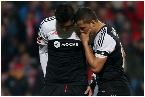 Cardozo e Lima discutem a marcação da penalidade decisivaFonte: A Bola