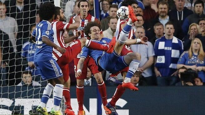 David Luiz, num pontapé acrobático, tentou surpreender  Fonte: UEFA