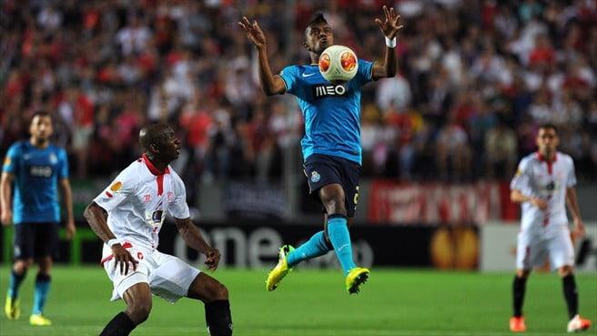 M'Bia foi intransponível na 1ª parte e Kelvin, na 2ª, não trouxe nada de novo  Fonte: UEFA