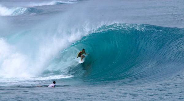 Nicolau num bonito e limpo tubo.  Fonte: Surfingmentawai.com