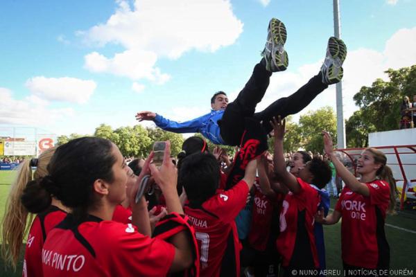 Logo após o apito final, o treinador Marco Ramos é levantado pelas jogadoras que celebram a conquista)  Fonte: Nuno Abreu / Notícias de Ourém
