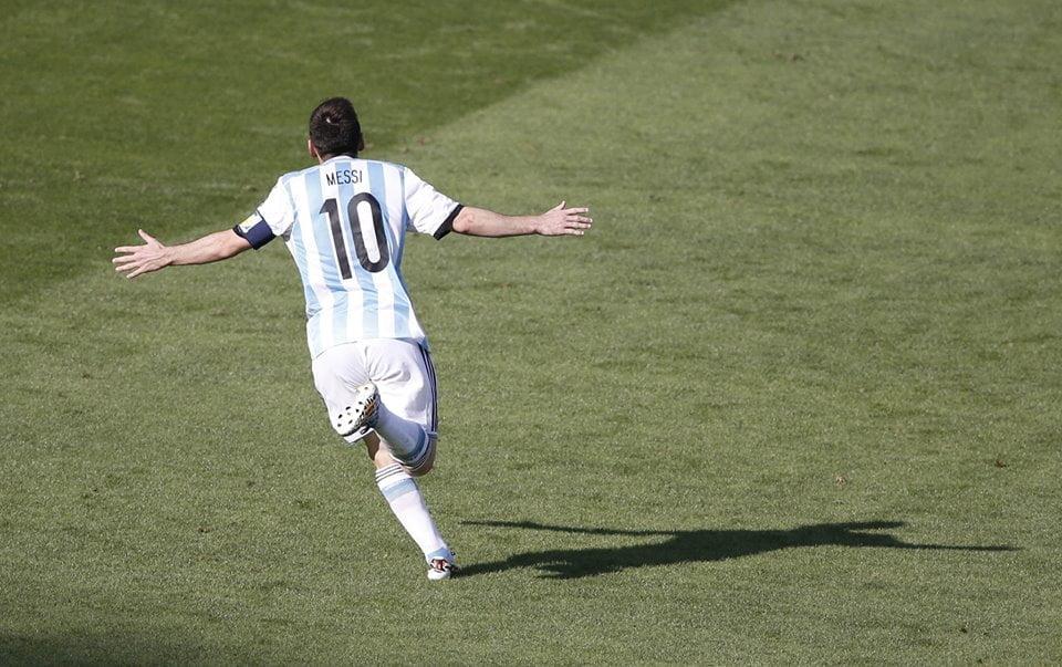 Messi resolve Fonte: Facebook da FIFA