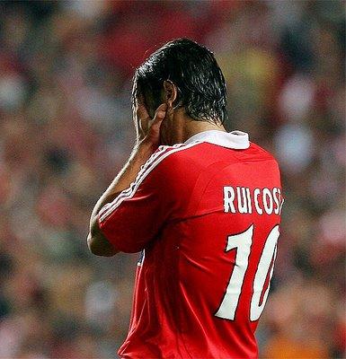Rui Costa em lágrimas na hora do adeus aos relvados Fonte: Sapo