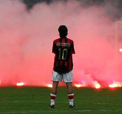 """Rui Costa nas """"nuvens"""" de San Siro, onde passou os melhores momentos da sua longa carreira Fonte: thedaisycutter.co.uk"""