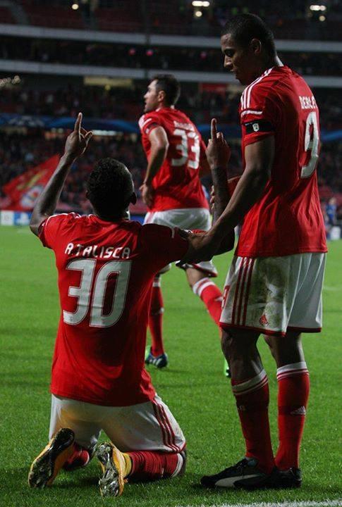 Talisca agradecendo o seu mágico pé esquerdo Fonte: Facebook do Sport Lisboa e Benfica