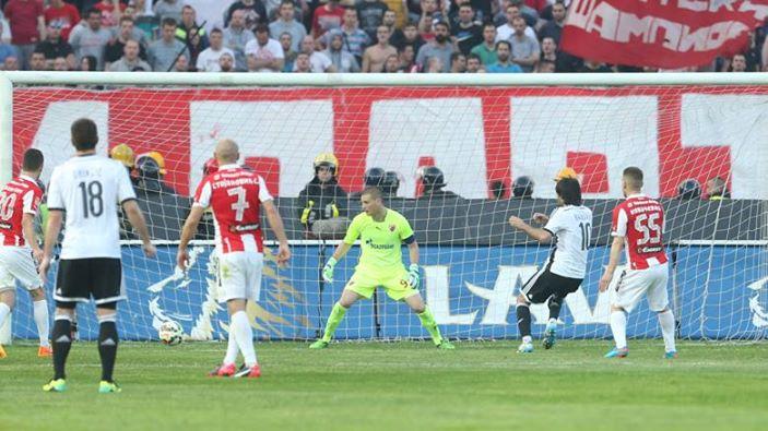 Stefan Babovic fica a centímetros de bater o GR do Estrela Vermelha Predrag Rajkovic Fonte: FK Partizan