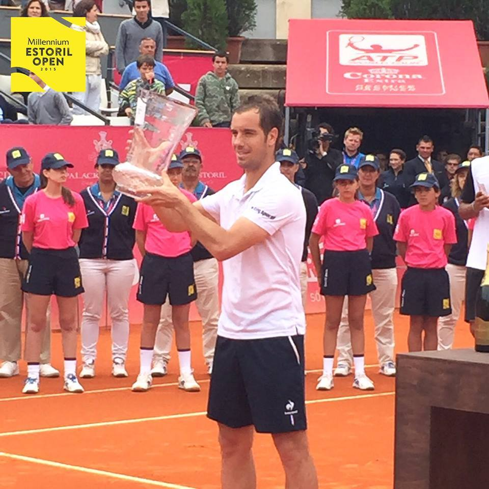 Richard Gasquet a levantar o troféu de vencedor Fonte: Facebook oficial do Millennium Estoril Open
