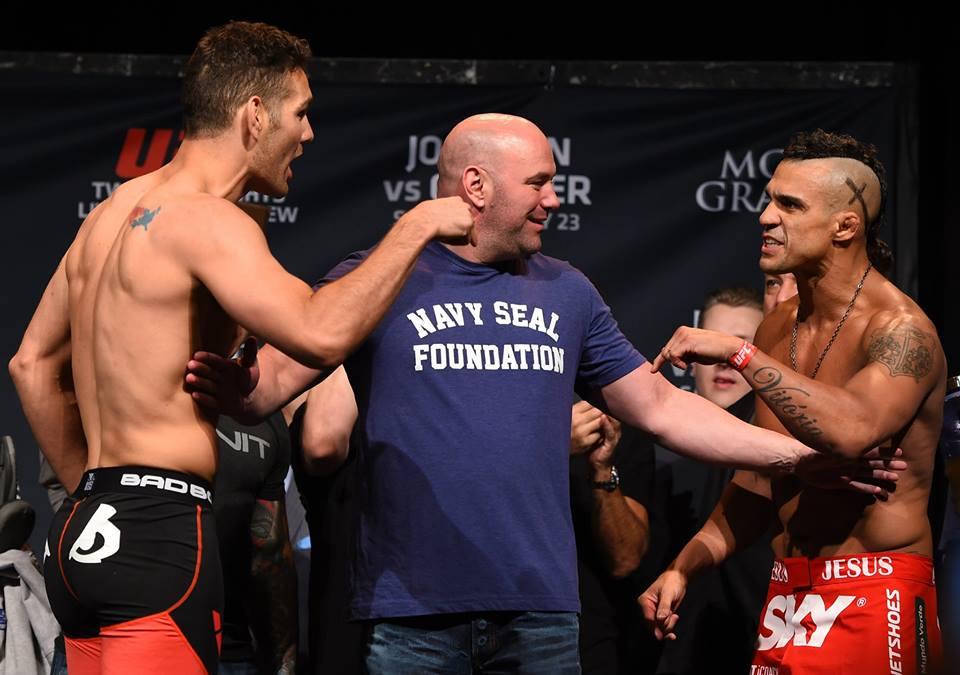 Weidman (esq.) e Belfort (dir.) trocaram algumas palavras acesas nas pesagens. Fonte: Facebook Oficial UFC