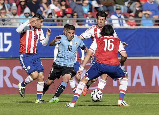 Maxi Pereira foi o melhor em campo e esteve em quase todos os lances de perigo do Uruguai Fonte: Facebook da AUF – Selección Uruguaya de Fútbol