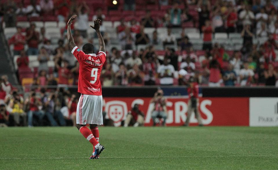 Mantorras (na foto) despediu-se dos relvados em 2012, num jogo entre o Benfica e a Fundação Luís Figo, no qual apontou um golo. Fonte: Facebook Oficial Sport Lisboa e Benfica