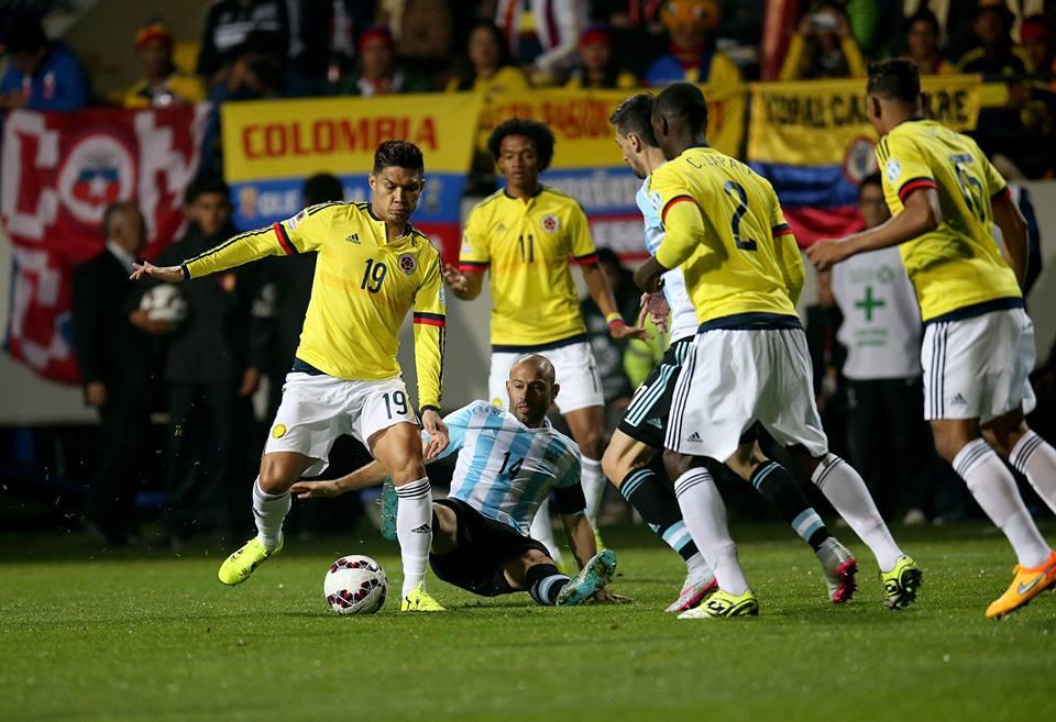 Num jogo intenso e de muita luta, Mascherano foi imperial a destruir as iniciativas colombianas Fonte: Página do Facebook da 'AFA – Selección Argentina'