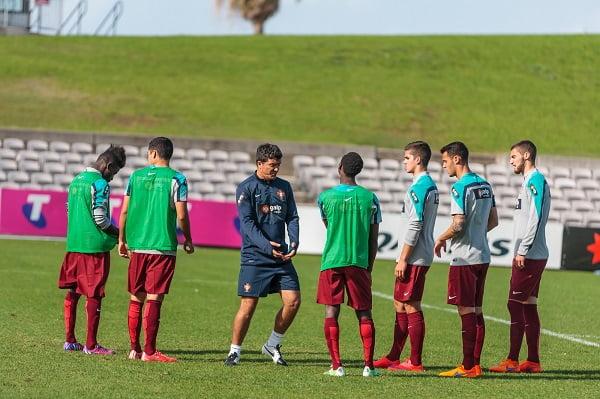 Hélio Sousa à conversa com os internacionais sub-20 portugueses Fonte: FPF/Célio Agostinho