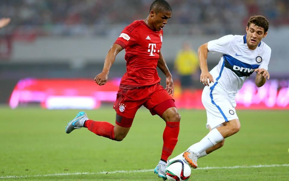 Douglas Costa, o único reforço bávaro a começar de início