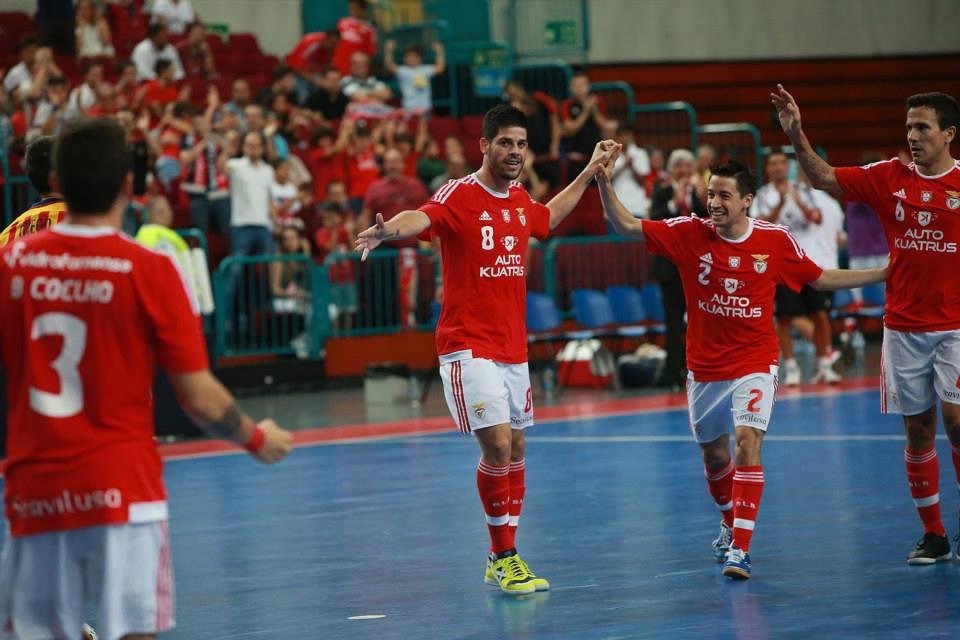 A grande figura do encontro, Alessandro Patias (centro da imagem, camisola 8)                                 Fonte: Facebook do Sport Lisboa e Benfica Modalidades
