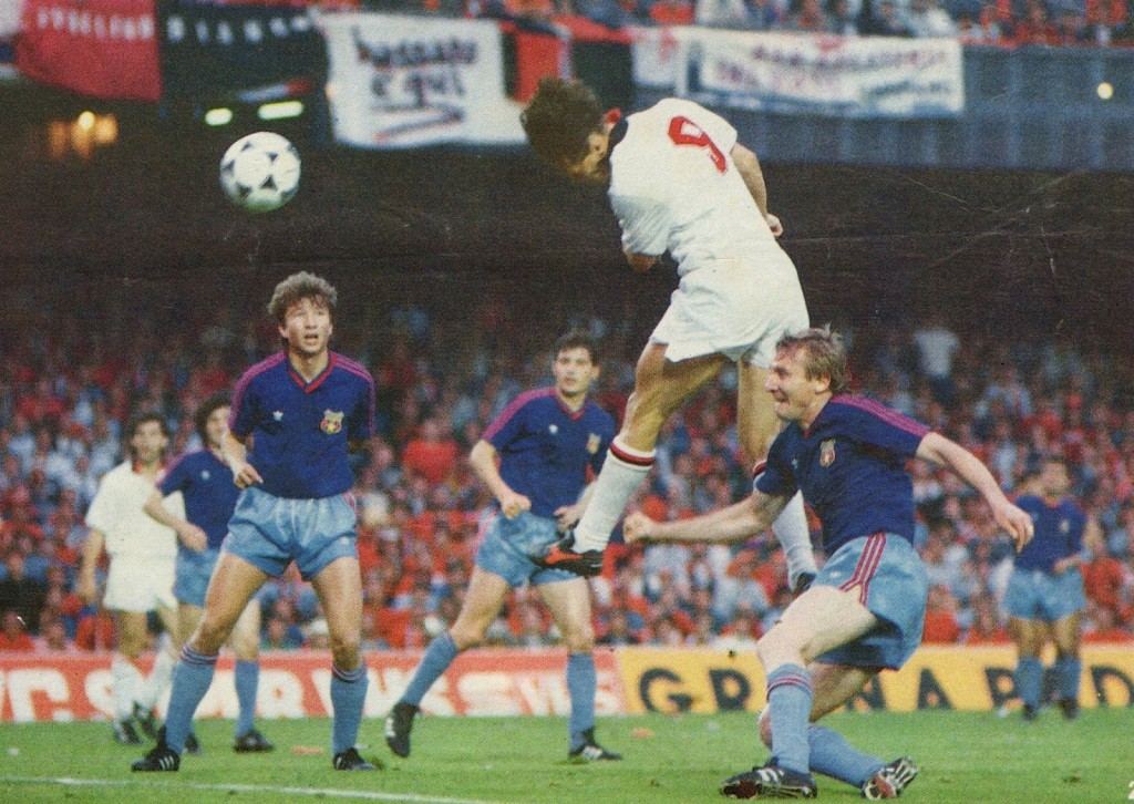 Marco Van Basten cabeceia nas alturas perante o olhar incredulo de Dan Petrescu Fonte: Soccer Nostalgia