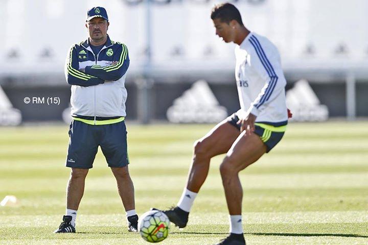 Benítez observa Ronaldo durante um treino.  Fonte: Facebook Oficial do Real Madrid