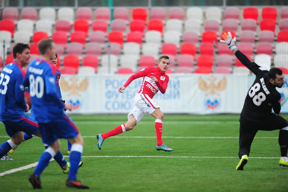 Aleksandr Zuev no exacto momento em que bateu Giogi Shelia  Fonte: 1fnl.ru