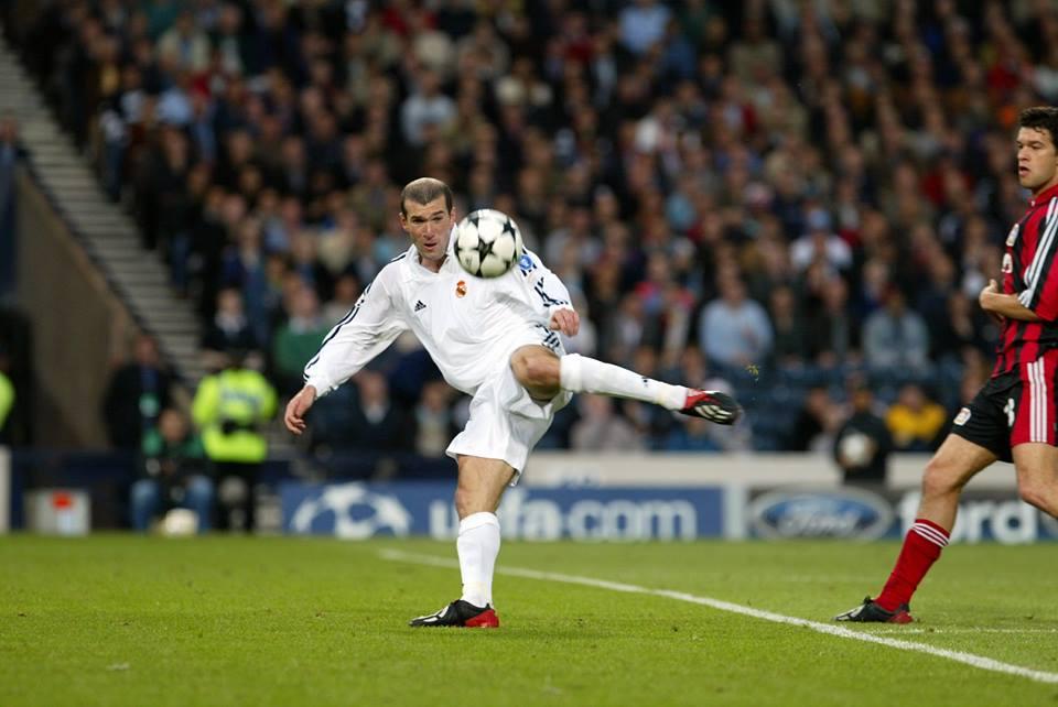 Zidane prepara-se para fazer o golo que daria a nona Liga dos Campeões ao Real Madrid Fonte: Real Madrid F. C.