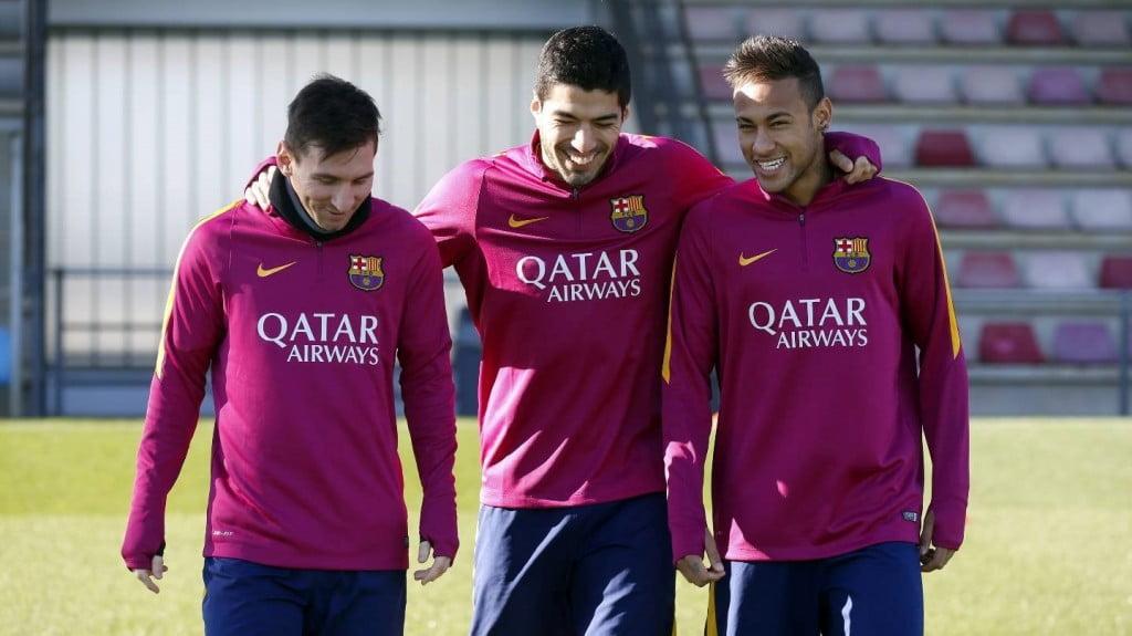 Suárez colocando-se entre Messi e Neymar  Fonte: FC Barcelona