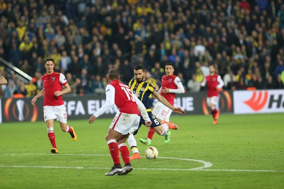 Mehmet Topal prepara-se para fazer o único golo do jogo Fonte: