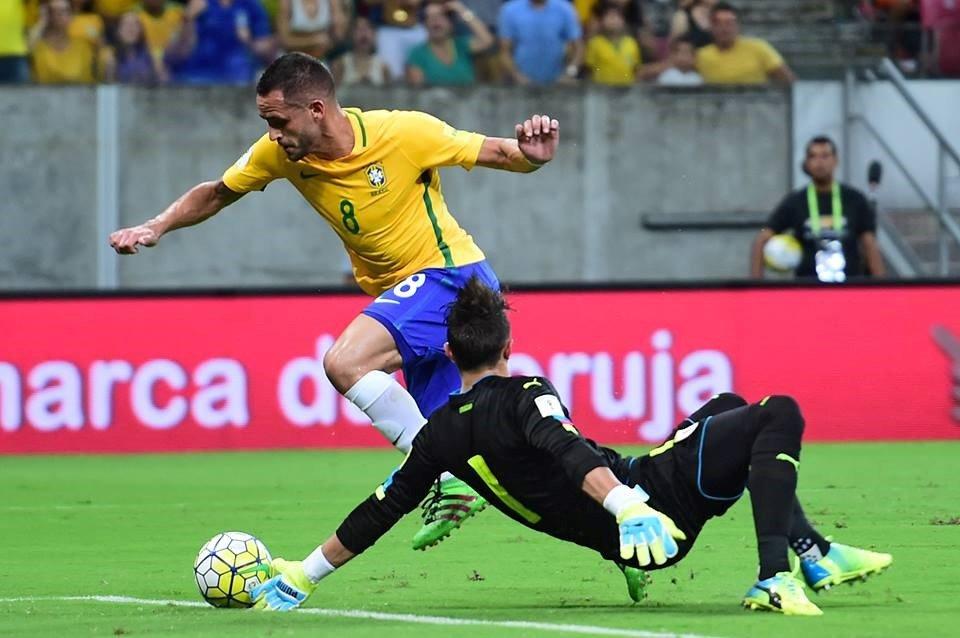 Renato Augusto, sem tocar na bola, senta Muslera e atira para o 2-0 Fonte: FIFA World Cup