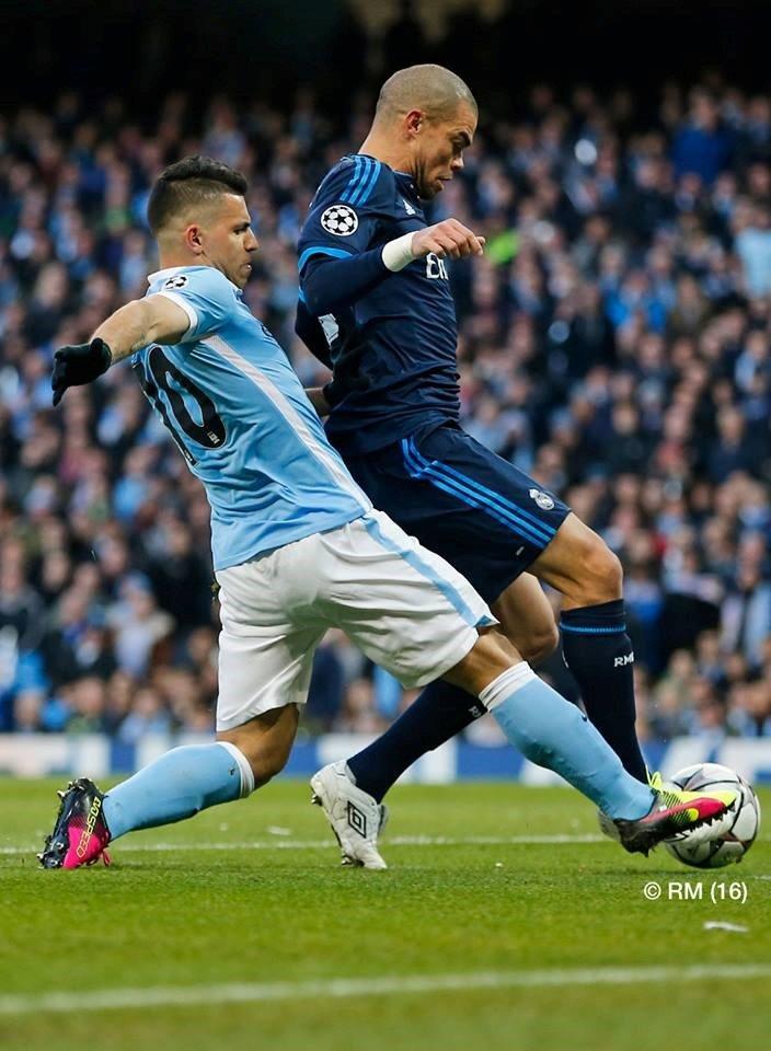 Pepe parece chegar primeiro à bola do que Aguero, uma constante na noite do Etihad Fonte: Facebook do Real Madrid