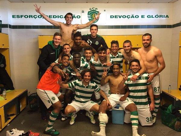 """Matheus marcou os dois golos no """"derby B"""" e festejou com os colegas Fonte: Instagram Oficial de Matheus Pereira"""