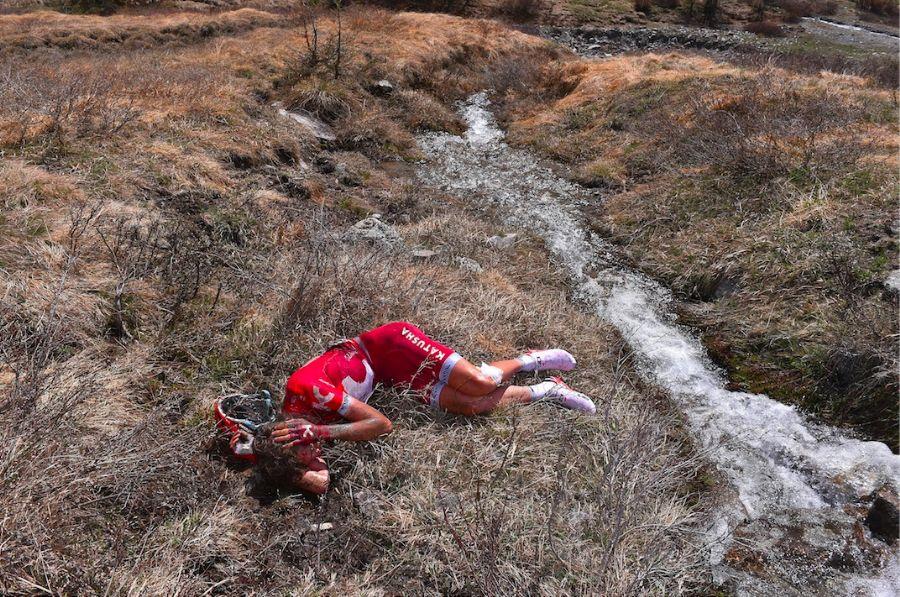 Uma imagem bastante forte logo após a grave queda de Zakarin  Fonte: pedal.com.br