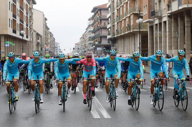 No final da última etapa, como de costume, a equipa vencedora – neste caso, a Astana, une-se novamente e comemora  Fonte: cyclingnews.com