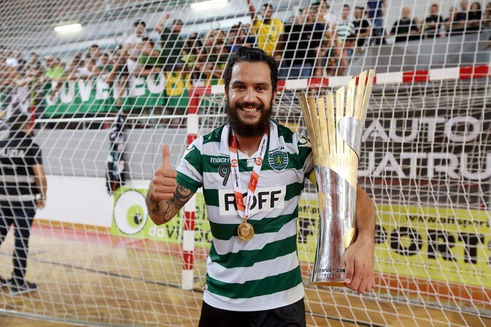 Um verdadeiro leão com a taça na mão. Fonte: Sporting CP