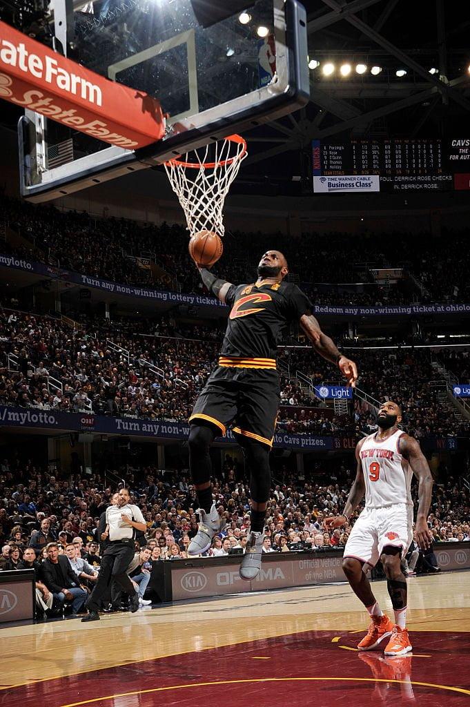 James começou a época com um triplo duplo Fonte: NBA