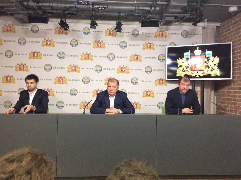 Skripchenko sentado à direita, no dia em que anunciada a sua saída do FC Ural Fonte: Ekburg.tv