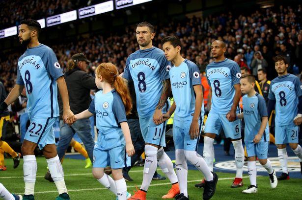 Jogadores do City deram força a Gundogan (de fora até final da época) no início do encontro Fonte: Mirror